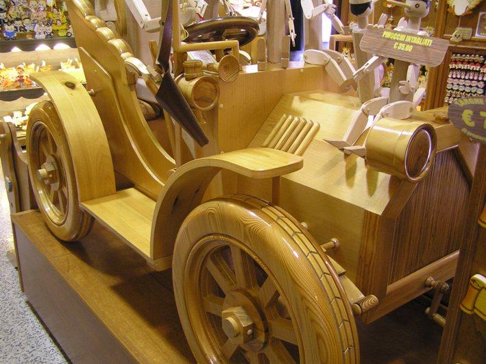 modellino automobile in legno